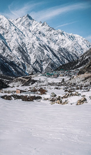 冬のスピティの雪に覆われた山々の美しいシーン 無料写真