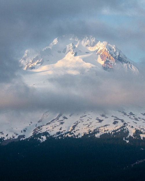 Uno splendido scenario di nuvole che coprono il monte cofano Foto Gratuite