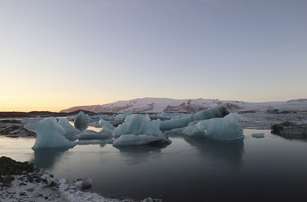 Splendido scenario di jokulsarlon, laguna glaciale, islanda, europa durante il tramonto Foto Gratuite