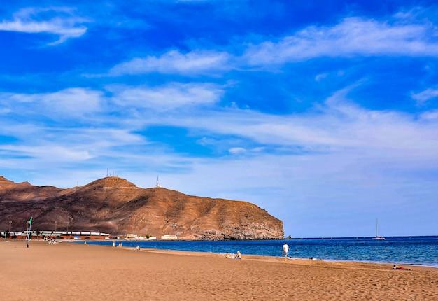 スペイン、カナリア諸島の巨大な岩のあるビーチの美しい風景 無料写真