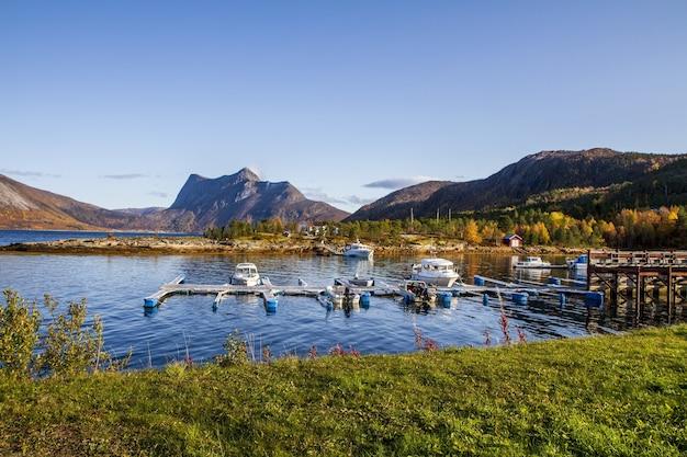 青い澄んだ空の下でノルウェーの湖とフィヨルドの美しい風景 無料写真