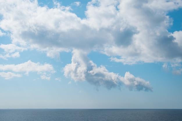 Красивые пейзажи мирного моря под захватывающими дух белыми облаками Бесплатные Фотографии