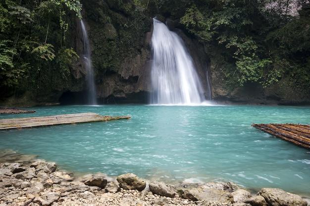 Красивый пейзаж мощный водопад течет в море в себу, филиппины Бесплатные Фотографии