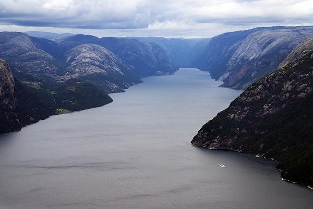 スタヴァンゲル、ノルウェーの曇り空の下で湖の近くの有名なpreikestolen崖の美しい風景 無料写真