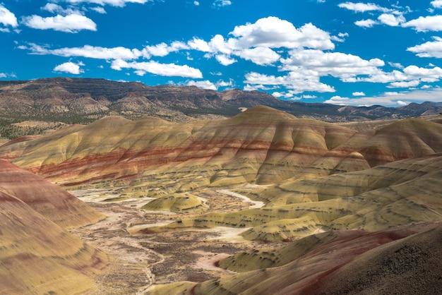 曇り空の下に茂みがたくさんある高い岩の崖の美しい風景 無料写真