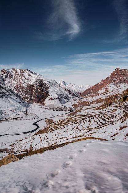 Красивые пейзажи холмов, покрытых снегом в зимнем спити Бесплатные Фотографии