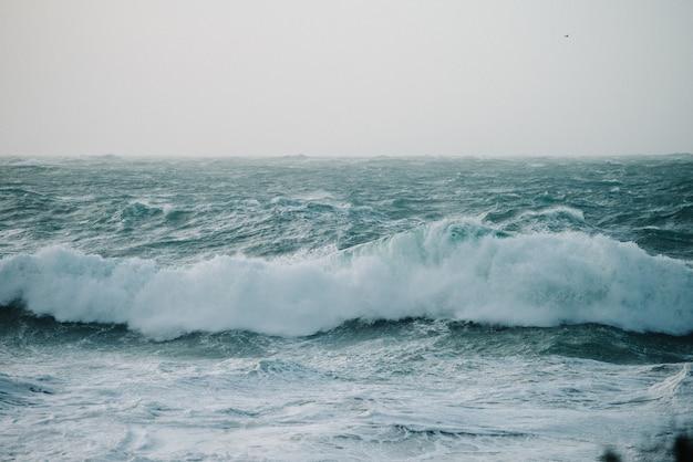 Красивые пейзажи морских волн, разбивающихся о скальные образования Бесплатные Фотографии