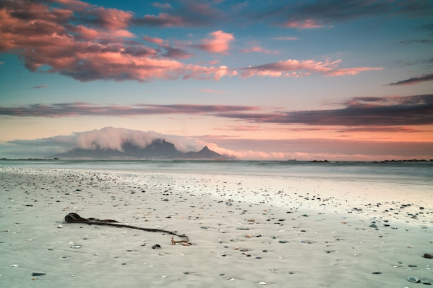息をのむような雲と南アフリカのケープタウンのビーチと海の美しい風景 無料写真