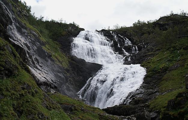 ノルウェー、ミュルダールのkjosfossen滝の美しい風景 無料写真