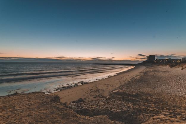 海に映る夕日の美しい風景 無料写真