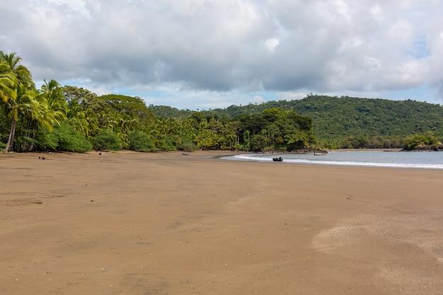 Красивый пейзаж волн океана, движущихся к берегу в санта-каталине, панама Бесплатные Фотографии