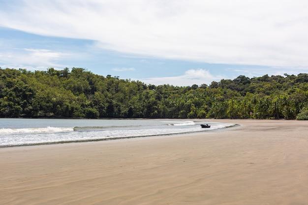 サンタカタリナ、パナマの海岸に向かって移動する海の波の美しい風景 無料写真