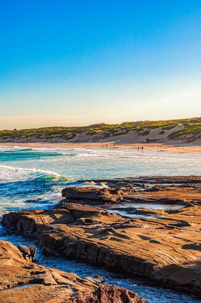 海の岩や崖に打ち寄せる水の美しい風景 無料写真