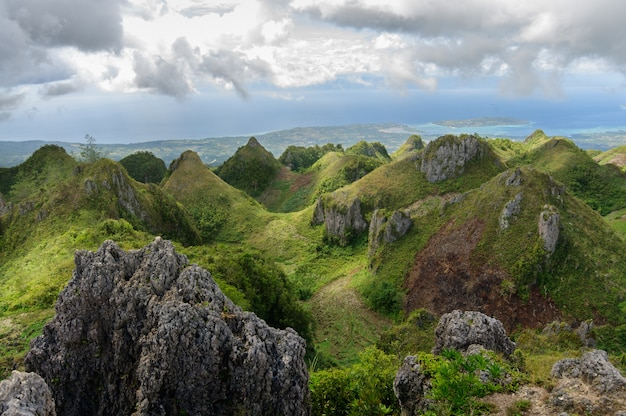 Splendido scenario di osmena peak nelle filippine sotto il cielo nuvoloso Foto Gratuite