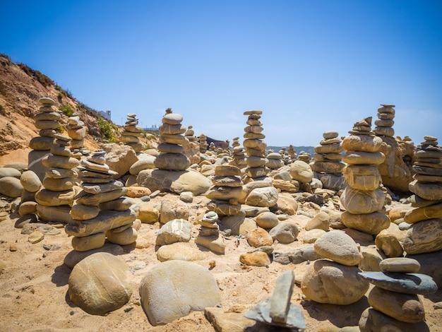 Uno splendido scenario di pile di pietre in un bach a mi fontes, portogallo Foto Gratuite
