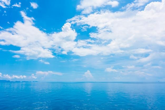 푸른 하늘에 구름과 아름다운 바다와 바다 무료 사진
