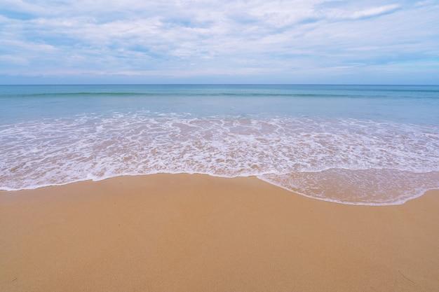 2020年11月24日のパトンビーチプーケットタイの夏の美しい海砂ビーチコンセプト旅行の背景と世界中のビジネスツアー。 Premium写真