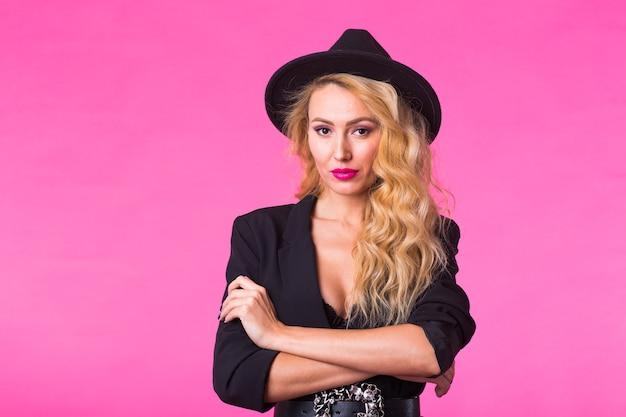 黒い帽子の美しいセクシーな女性 Premium写真