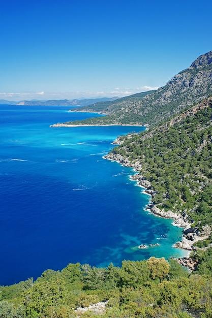 トルコの地中海の青い海と美しい海岸線 Premium写真
