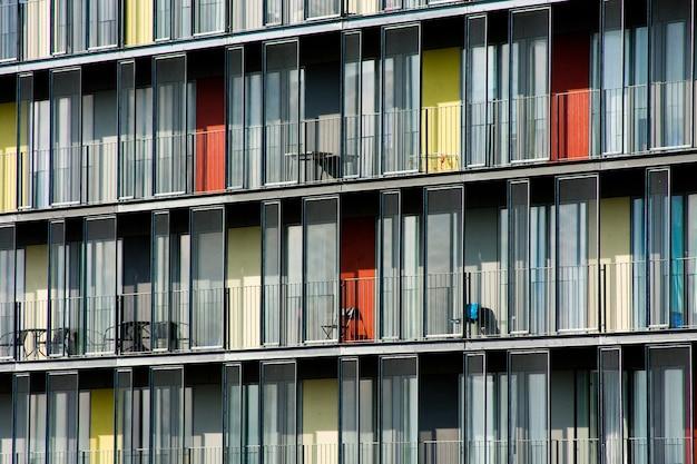 Bella ripresa di un appartamento con porte di colore diverso durante il giorno Foto Gratuite