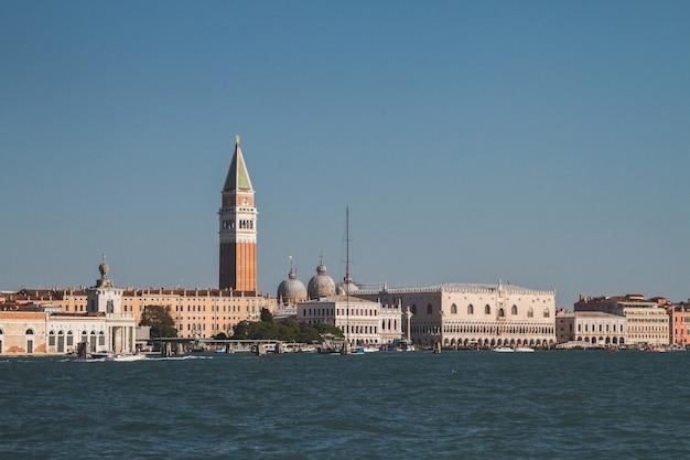 Bella ripresa di edifici in lontananza in italia venezia canali Foto Gratuite
