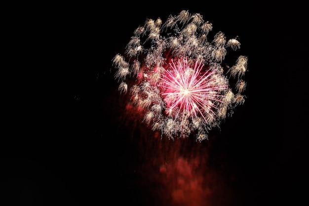 Bellissimo scatto di fuochi d'artificio che esplodono nel cielo notturno diffondendo un'atmosfera festosa Foto Gratuite