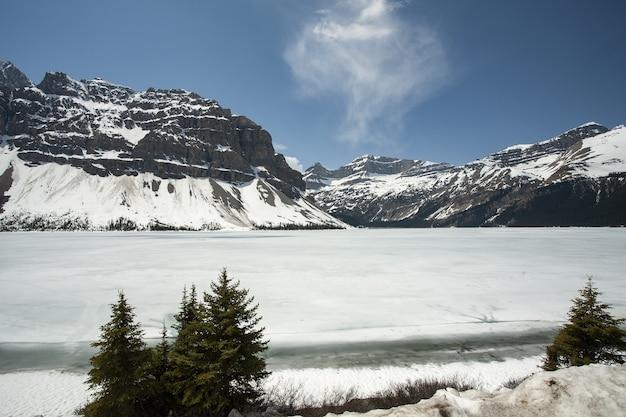 Bella ripresa di un lago hector ghiacciato nelle montagne rocciose canadesi Foto Gratuite