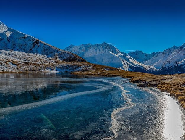 Bella ripresa del lago ghiacciato in montagna Foto Gratuite