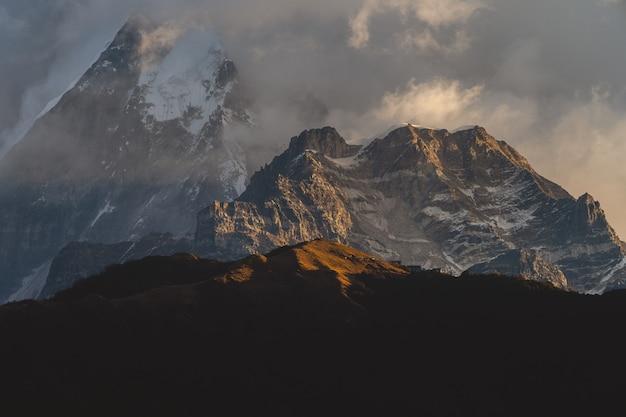 Bellissimo scatto delle montagne dell'himalaya tra le nuvole Foto Gratuite
