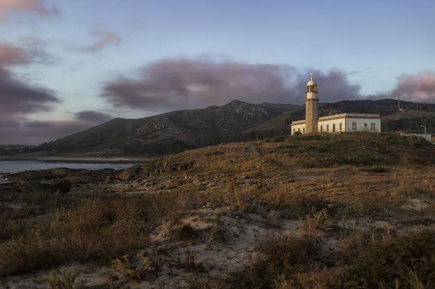 Bella ripresa del faro di larino su una collina in galizia in spagna Foto Gratuite