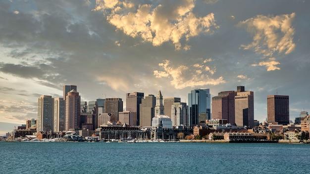 Bella ripresa del lopresti park a boston, usa sotto un cielo nuvoloso al tramonto Foto Gratuite