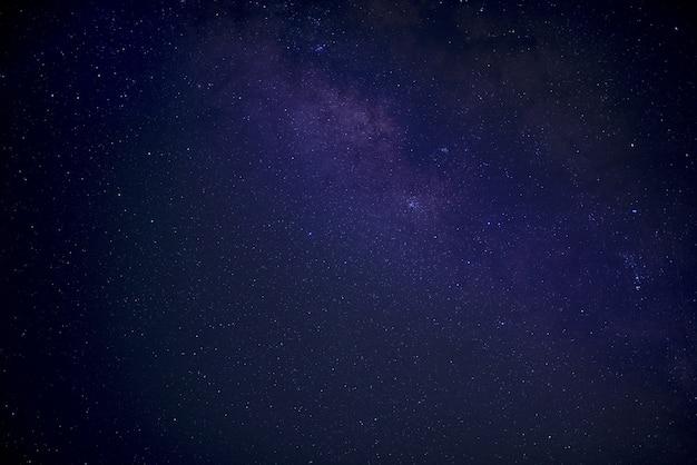 시작으로 가득 찬 파란색과 보라색 하늘의 아름다운 샷 무료 사진