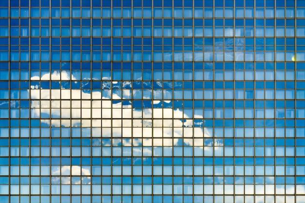 건축에 완벽한 유리창이있는 파란색 현대 건물의 아름다운 샷 무료 사진