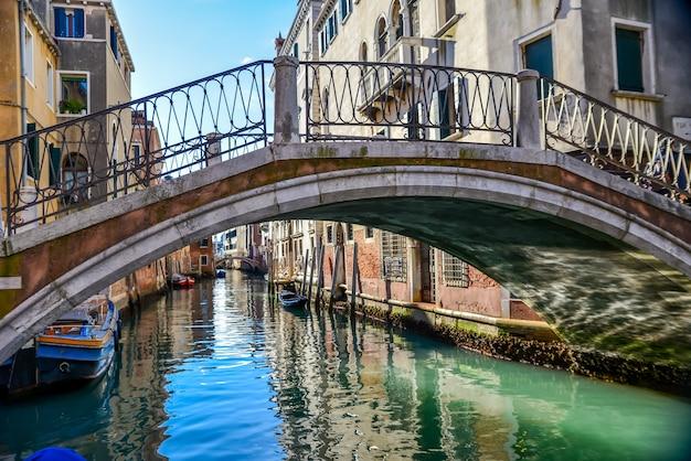 イタリア、ベニスの運河に架かる橋の美しいショット 無料写真