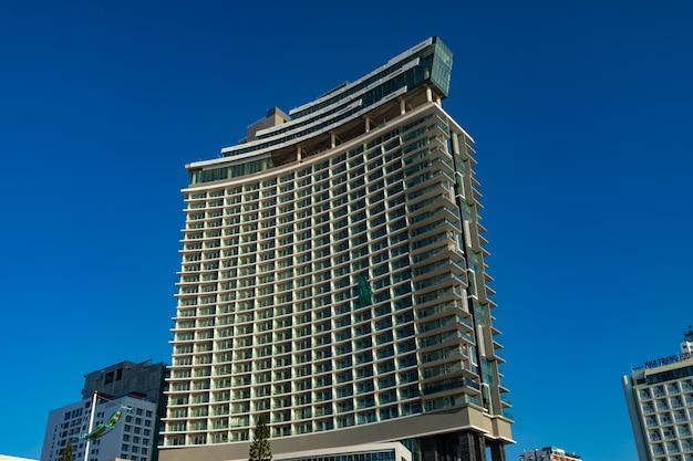 Красивый снимок здания под голубым небом в нячанге Бесплатные Фотографии