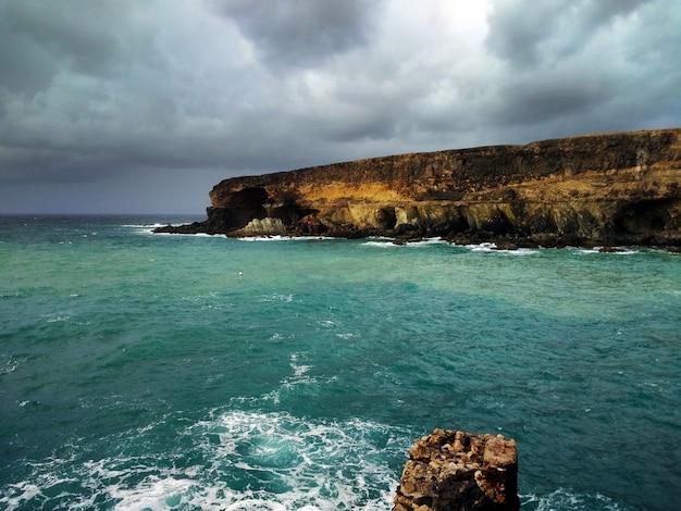 アジュイ、スペインに近いビーチの崖の美しいショット 無料写真