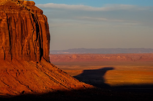 晴れた日に砂漠と大きな崖の美しいショット 無料写真