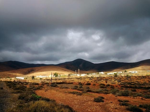 카나리아, 스페인에서 그림자에 언덕과 마른 계곡의 아름 다운 샷. 무료 사진