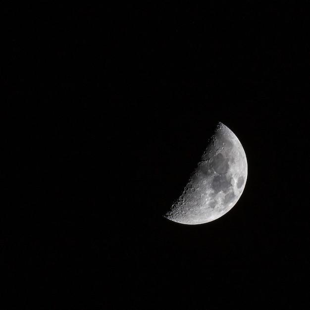 暗い空の半月の美しいショット 無料写真