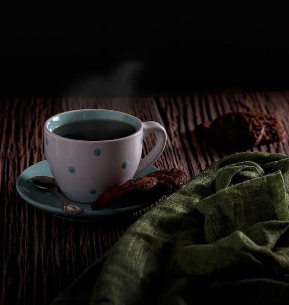 背景がぼやけたおいしいクッキーのペアとホットコーヒーの美しいショット 無料写真