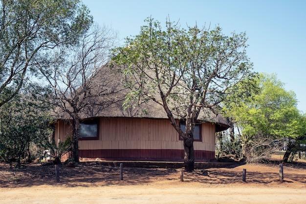 澄んだ青い空と巨大なアフリカの小屋の美しいショット 無料写真