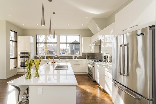 현대 집 부엌의 아름 다운 샷 무료 사진