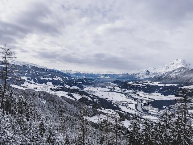 Красивый снимок горного хребта в холодный и снежный день в сша Бесплатные Фотографии