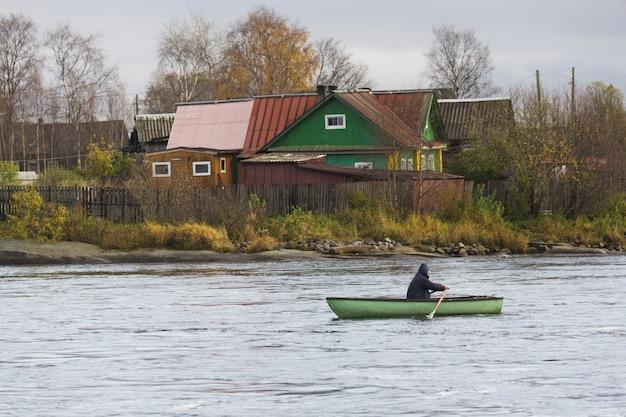 Красивый снимок человека, плывущего на лодке Бесплатные Фотографии
