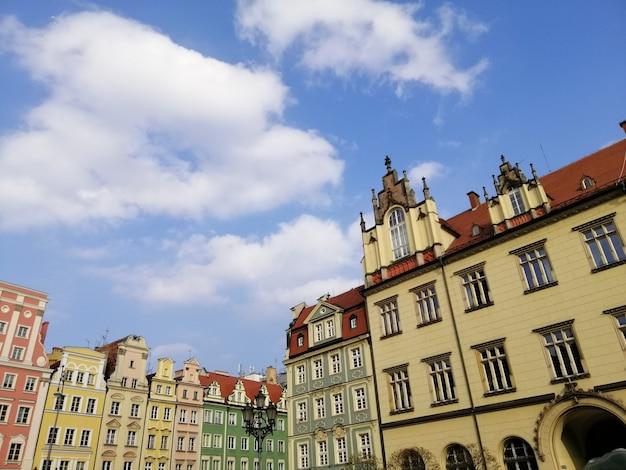 ポーランド、ヴロツワフのメインマーケット広場にある白い建物の美しいショット 無料写真