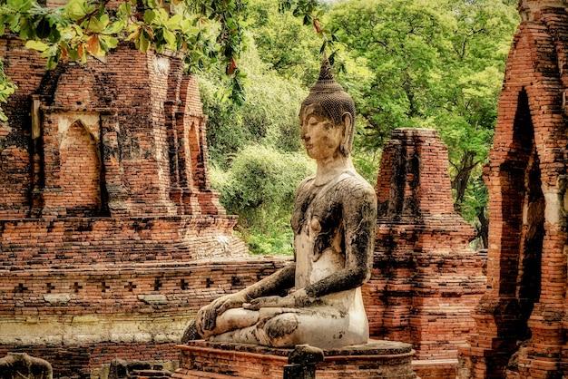 Красивый снимок старой статуи будды Бесплатные Фотографии