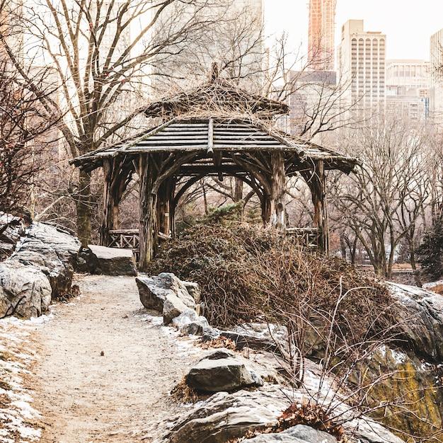 Красивый снимок старой беседки в центральном парке в нью-йорке Бесплатные Фотографии