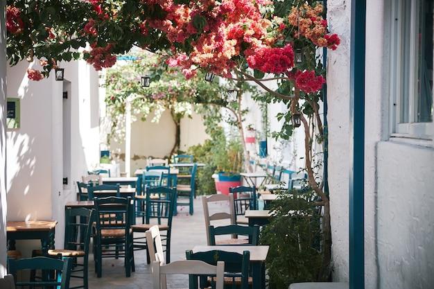 Красивый снимок уличного кафе в узком переулке в паросе, греция Бесплатные Фотографии