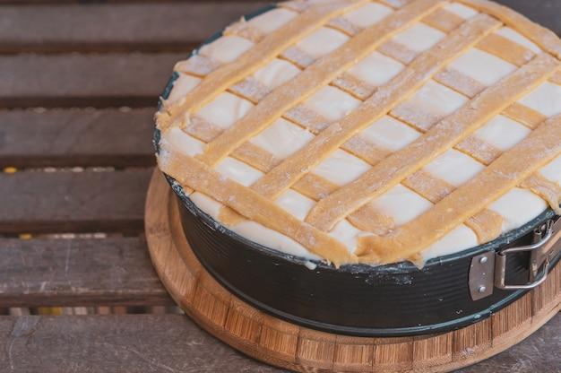 Красивый снимок чизкейка на деревянном столе Бесплатные Фотографии