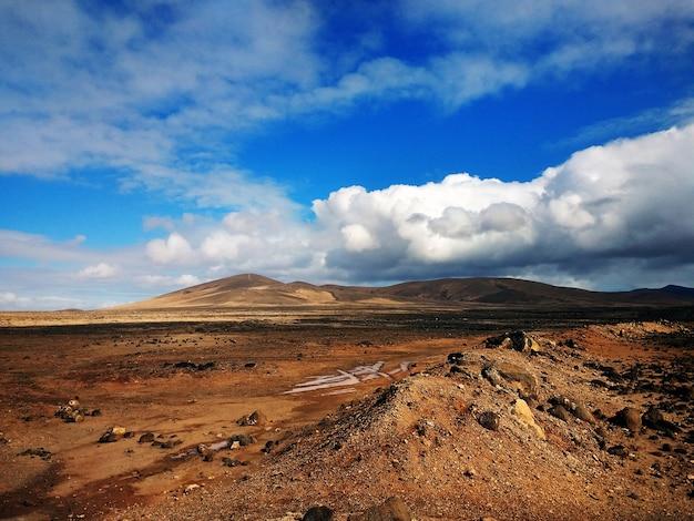 雲と山の田園公園ベタンキュリアフェルテベントゥラ島、スペインの美しいショット 無料写真